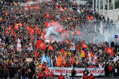 Los manifestantes en contra del recorte de pensiones que el Gobierno de Nicolas Sarkozy quiere sacar adelante abarrotan una calle de Lyon, ayer. - JEAN-PIERRE CLATOT/AFP