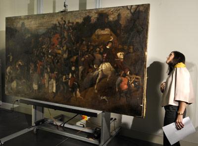 La ministra de Cultura, Ángeles González-Sinde, observa el bastidor de El vino en la fiesta de San Martín. DANI POZO