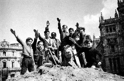 Niños saludando desde lo alto de la cibeles.Estos jóvenes saludan con el brazo en alto desde la estatua de La Cibeles, que había permanecido cubierta durante los días de la Guerra Civil por el ejército republicano. La foto está fechada el 29 de marzo de 1939.