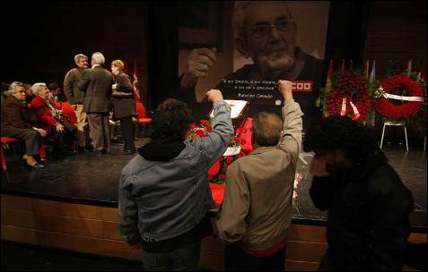 Algunos asistentes se mostraron visblemente afectados a su paso por la capilla ardiente de Marcelino Camacho, situada en la sede de CCOO en Madrid.