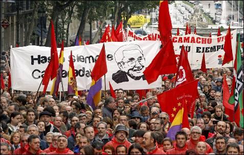 Numerosas personas acompañan el coche fúnebre con los restos mortales del líder sindical en el tramo de Cibeles a Alcalá. EFE/KOTE RODRIGO