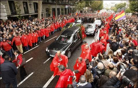 Numerosas personas acompañan el coche fúnebre de Marcelino Camacho.- EFE/KOTE RODRIGO