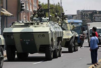 Militares ecuatorianos patrullan las calles de Quito. - EFE