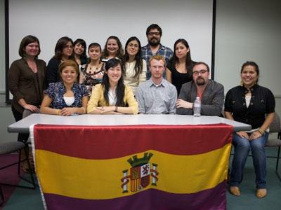 Estudiantes voluntarios de la UC que han participado en el proyecto de recogida de testimonios de la Guerra Civil y dictadura, junto con el coordinador, Luis Martín.