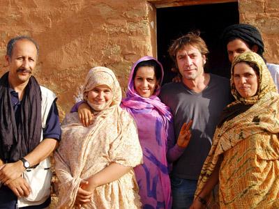 Javier Bardem, en los campamentos de refugiados saharauis en Tinduf (Argelia) durante el festival de cine Fisahara de 2008. EFE