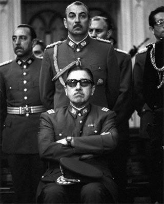 El dictador chileno Augusto Pinochet Ugarte en una foto poco después de derrocar por la fuerza al gobierno de Allende.