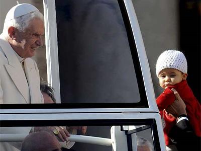 El papa Benedicto XVI saluda a los devotos congregados en la plaza de San Pedro del Vaticano (Italia). EFE/ETTORE FERRARI ANSA