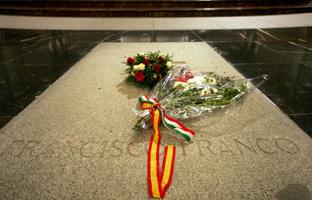 La lápida de 1.500 kilos de granito sobre los restos del dictador, colocada el 23 de noviembre de 1975.AFP