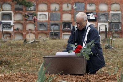 José Martínez ante los restos de su padre. JUAN NAVARRO