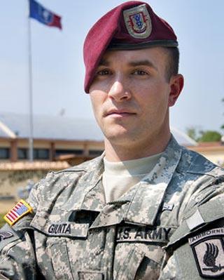 El sargento Salvatore Giunta, premiado con la Medalla al Honor. AP