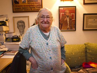Josefina Samper, en el despacho de su marido, Marcelino Camacho, donde guarda en cajas de mudanza su archivo personal.ángel navarrete