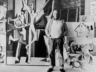 Pablo Picasso en 1965 junto a Las tres bailarinas', 40 años antes de que fuera vendida en una galería londinense.AP