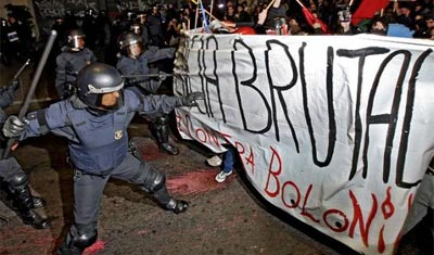 Los Mossos d'Esquadra, contra los estudiantes. ANDREU DALMAU / EFE