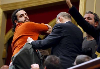 El actor Willy Toledo (d) en el momento de ser expulsado de la tribuna de invitados del Congreso de los Diputados junto a otras personas que han prorrumpido en gritos a favor del Sáhara.