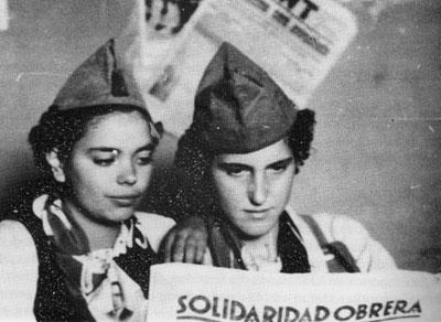 Dos mujeres leen el diario gratuito anarquista 'Solidaridad obrera'. Colección del Instituto Internacional de Historia Social de Ámsterdam