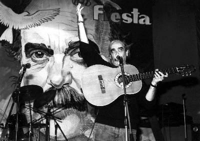José Antonio Labordeta, en 1989, durante la fiesta del fin de campaña de IU.