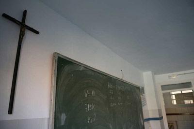 Crucifijo en el aula de un colegio. REYES SEDANO