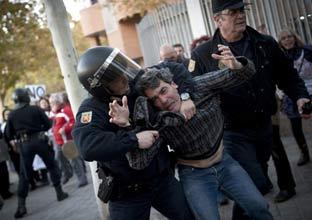 La 'marea blanca' rodea la Asamblea de Madrid durante el debate de la privatización