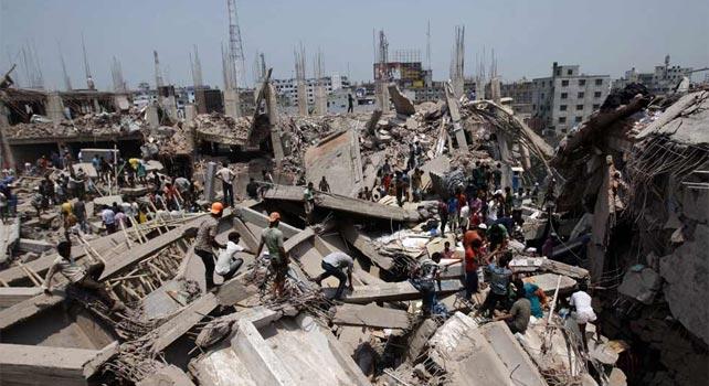 Un grupo de personas ayuda en las labores de rescate tras el colapso del edificio. EFE