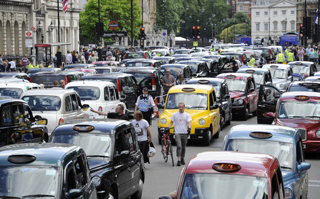 Decenas de taxis bloquean una calle de Londres.