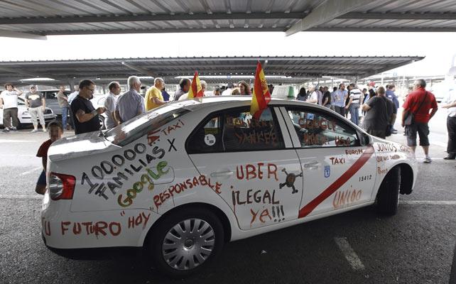 Uno de los taxis que participaron en las movilizaciones del miércoles, con pintadas que muestran su descontento.