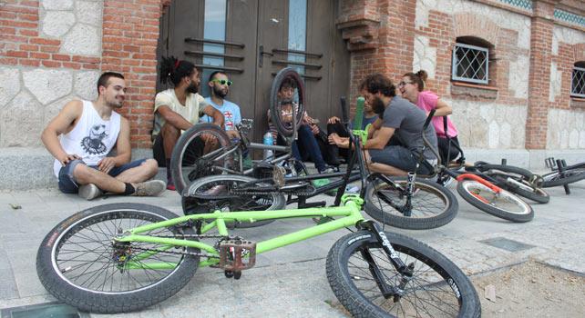 Usuarios de La Traba, frente al pleno del distrito de Arganzuela.